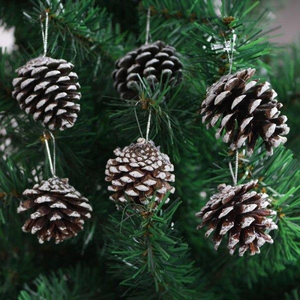 украшение елки шишками