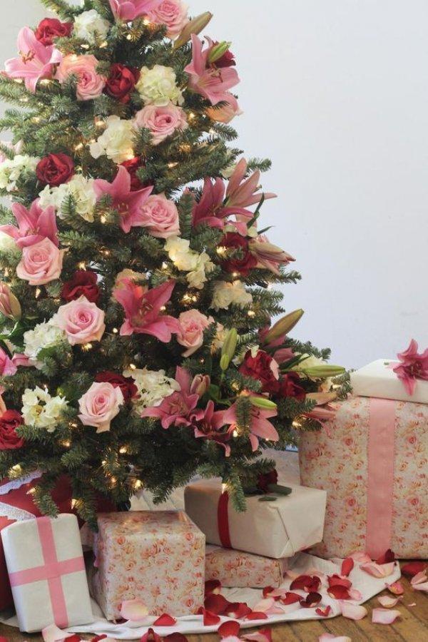украшение елки цветами
